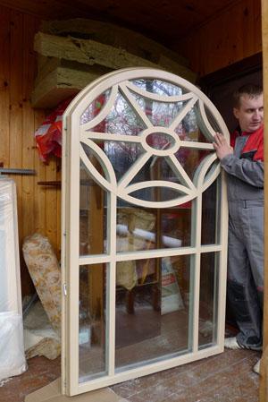 деревянные окна с арочными створками